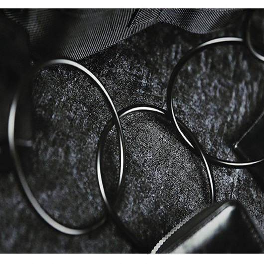 Linking Rings close-up negros
