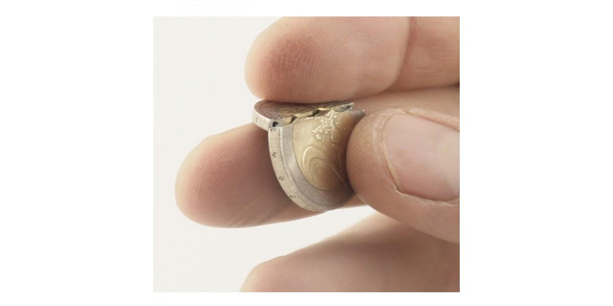 Moneda mordida 2 euros by Roy Kueppers